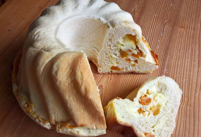 Apricot-vanilla pudding filled bundt cake